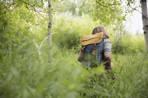 En kvinna i en skog