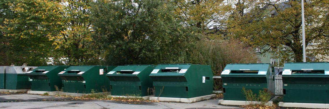 foto av containrar på återvinningsstation