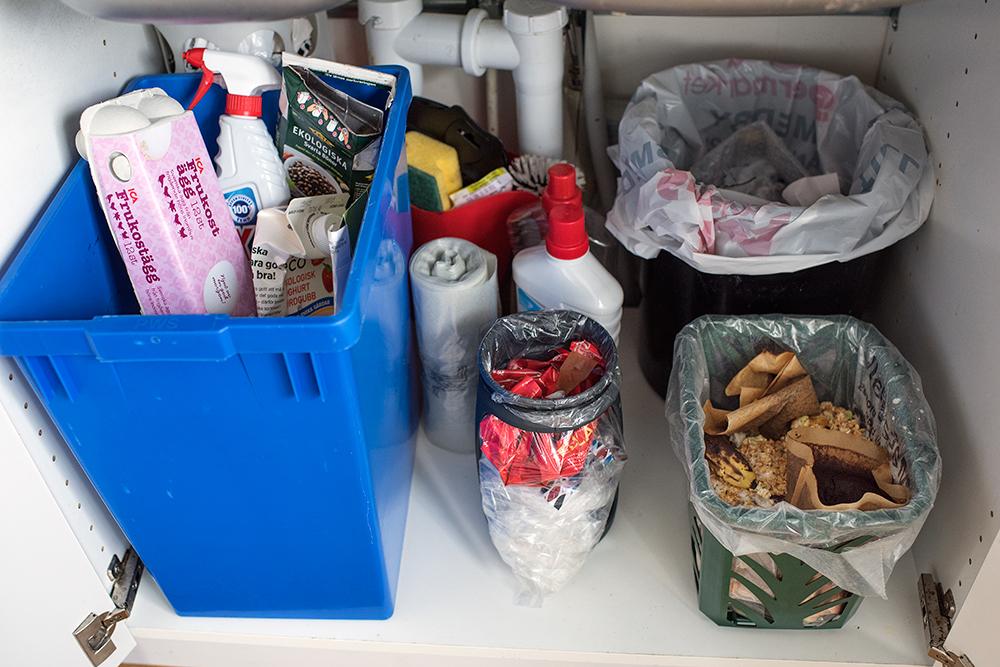 Så här sorterar en av våra fyrfackskunder (bilden till höger): Under diskbänken finns sortering för restavfall, matavfall, en komprimerare för mjukplasten och en låda för övriga förpackningar. Lådan tar familjen med ut till fyrfackstunnorna och sorterar det sista där.