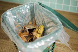 foto av öppen påse i behållare för matavfall på diskbänk