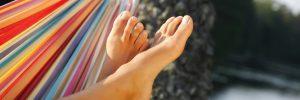 foto av bara fötter i hängmatta