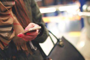foto av hand som håller i mobiltelefon