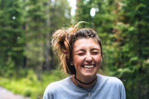 Glad kvinna i naturen