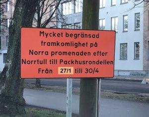 """Orange skylt med svart text som säger """"Mycket begränsad framkomlighet på Norra promenaden efter Norrtull till Packhusrondellen från 27/1 till 30/4"""""""
