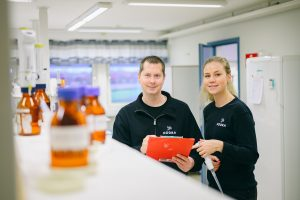 Två medarbetare i laboratoriet på Slottshagens reningsverk