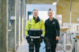 Två drifttekniker gående tillsammans inne på vattenverket