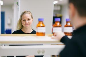 Emma i ett laboratorium