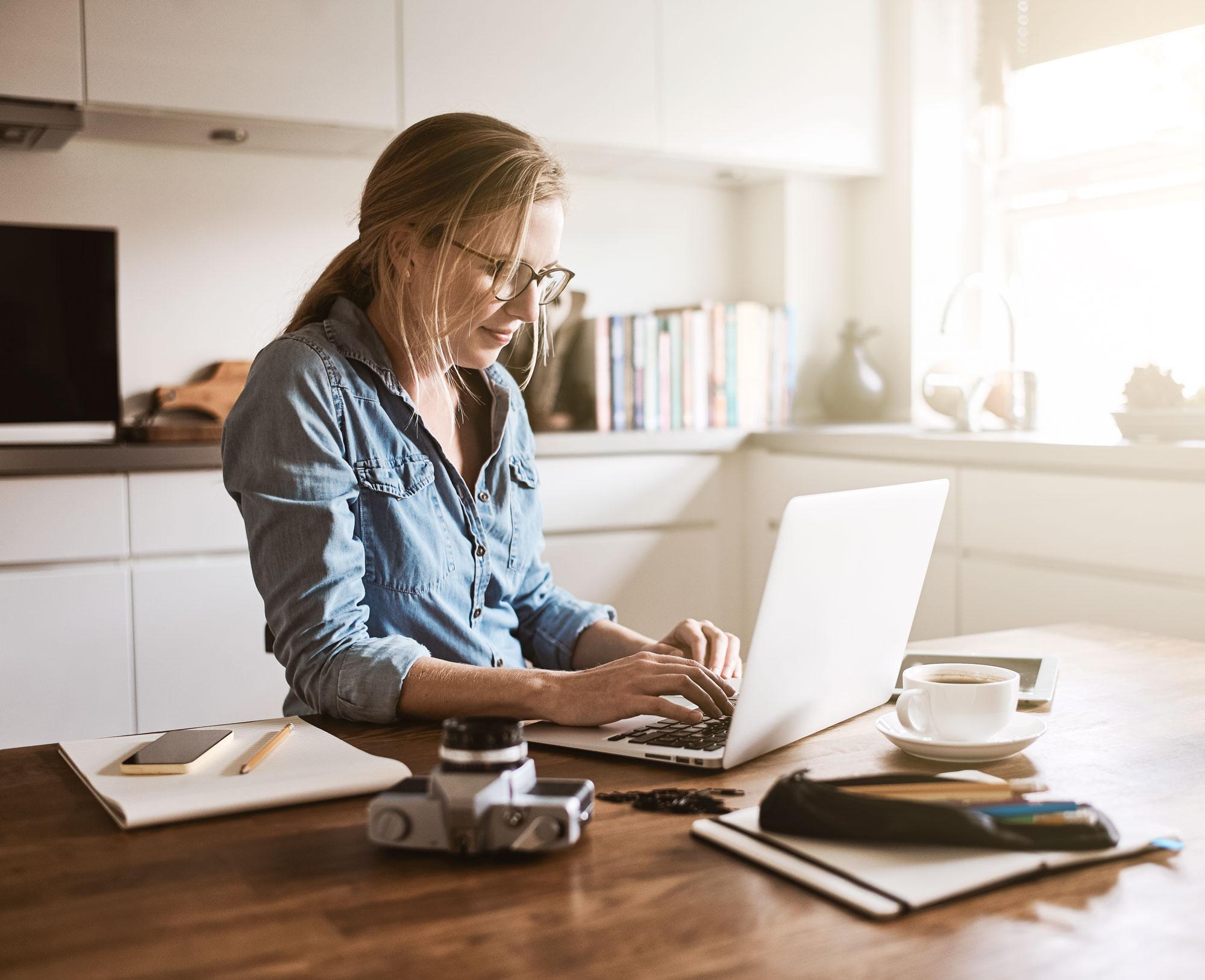 Kvinna vid dator