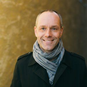 Porträttfoto på vd Henrik Peterson
