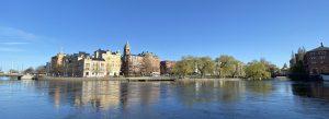 Foto som visar Strömparken i Norrköping med Motala Ström framför