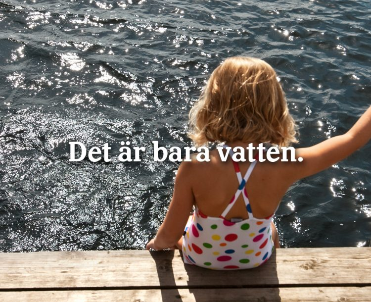 """Flicka i baddräkt som sitter på en brygga. På bilden finns texten """"Det är bara vatten"""""""