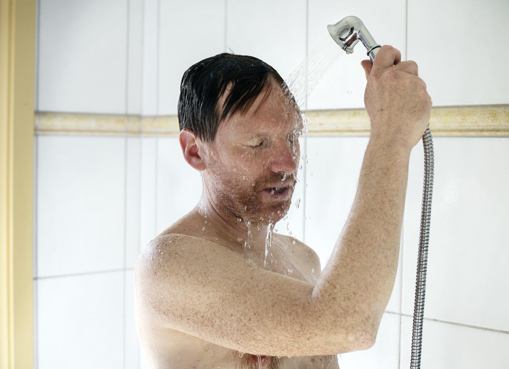 Man som tar en dusch